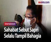 Selalu Tampil Bahagia, Sahabat Sebut Sapri Tak Pernah Mengeluh Sakit<br/><br/>Sahabat sesama artis Sapri mulai mendatangi rumah duka satu per satu di kawasan Cipulir, Kebayoran Lama, Jakarta Selatan pada Senin (10/5/2021) malam.<br/><br/>Tampak kehadiran Jarwo Kwat dan Daus Mini melayat ke rumah duka untuk melihat jenazah Sapri sebelum dimakamkan.<br/><br/><br/>Selengkapnya dalam video ini.<br/><br/>Link terkait: <br/>https://www.suara.com/entertainment/2021/05/11/082353/selalu-tampil-bahagia-sahabat-sebut-sapri-tak-pernah-mengeluh-sakit<br/><br/>#Komedian #Sapri <br/><br/>Video Editor: Galih Fajar<br/>===================================<br/>Homepage: https://www.suara.com<br/>Facebook Fan Page: https://www.facebook.com/suaradotcom<br/>Instagram:https://www.instagram.com/suaradotcom/<br/>Twitter:https://twitter.com/suaradotcomsuaradotcom<br/>